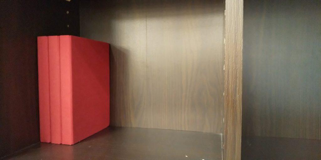 第1種衛生管理者試験のおすすめテキスト・過去問に使用する赤い本と本棚